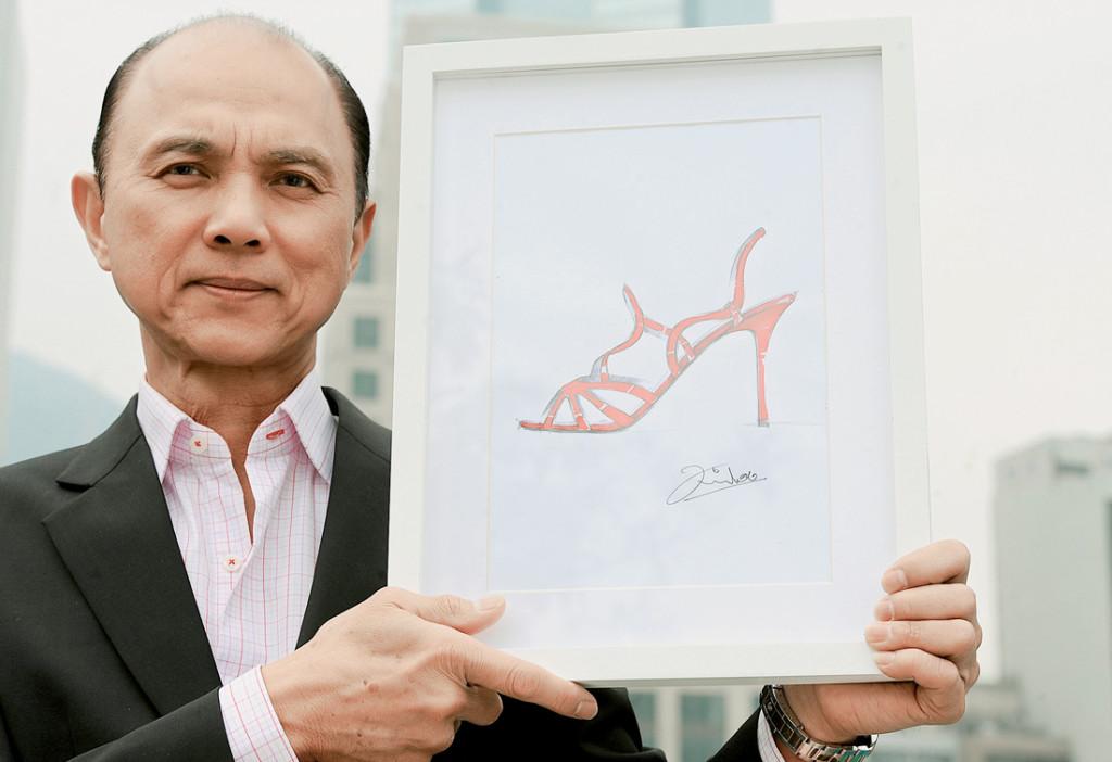 Jimmy Choo giới thiệu một mẫu phác thảo giày của chính mình trong chuyến đi tới Hồng Kông