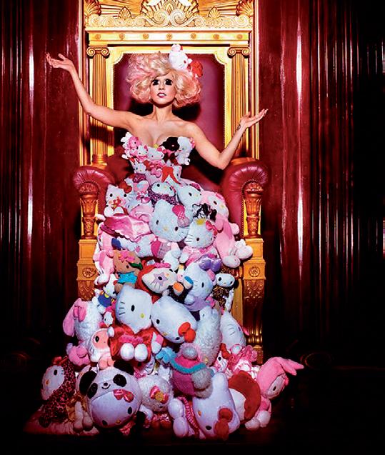 Lady Gaga mặc chiếc đầm làm từ những chú mèo Hello Kitty của Nhật Bản