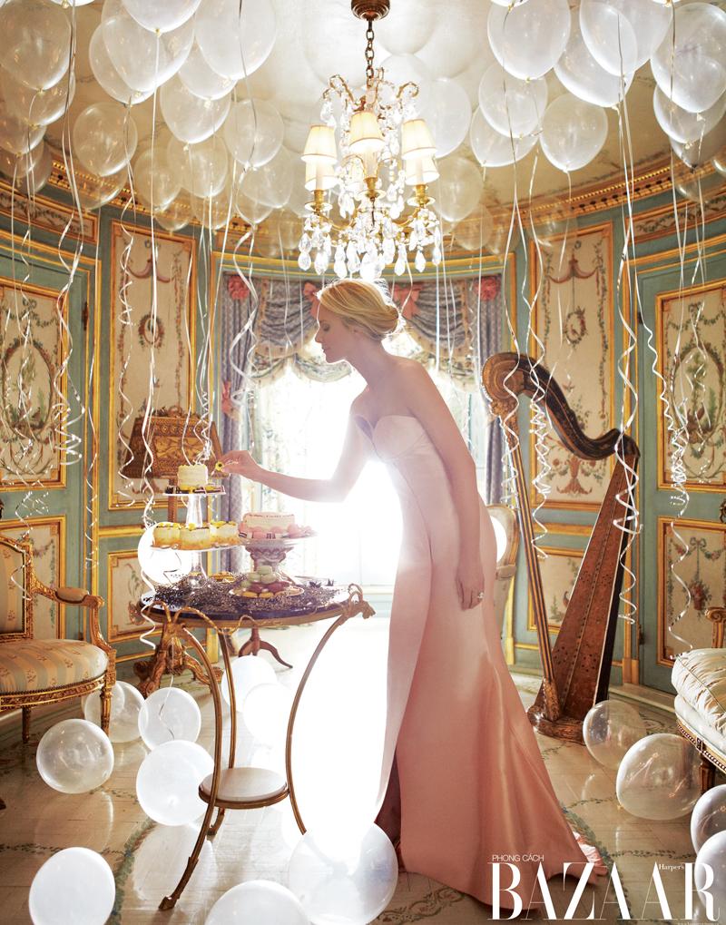 Louise đang chuẩn bị bữa tiệc lãng mạn trong phòng nhạc. Đầm, Escada