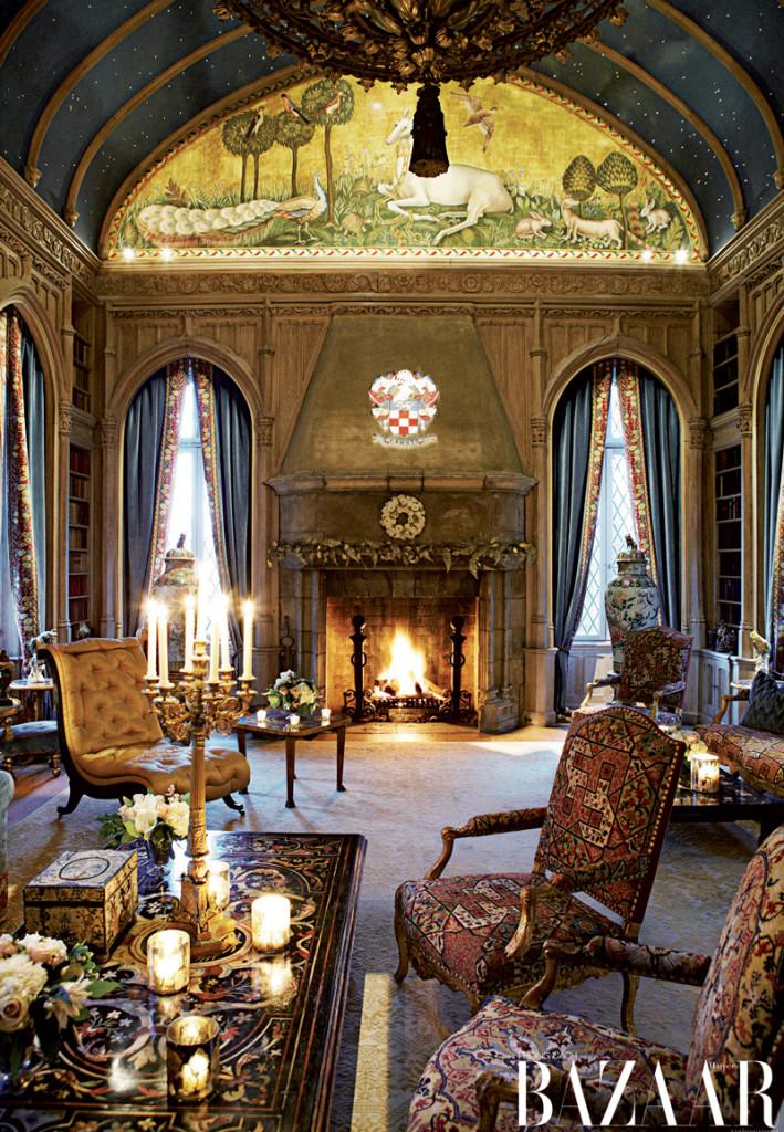 Phòng Ngân Hà với gia huy được khắc phía trên lò sưởi. Tình yêu với nghệ thuật Ý thời Phục Hưng và lịch sử nước Pháp ảnh hướng lớn tới cách Camuto thiết kế
