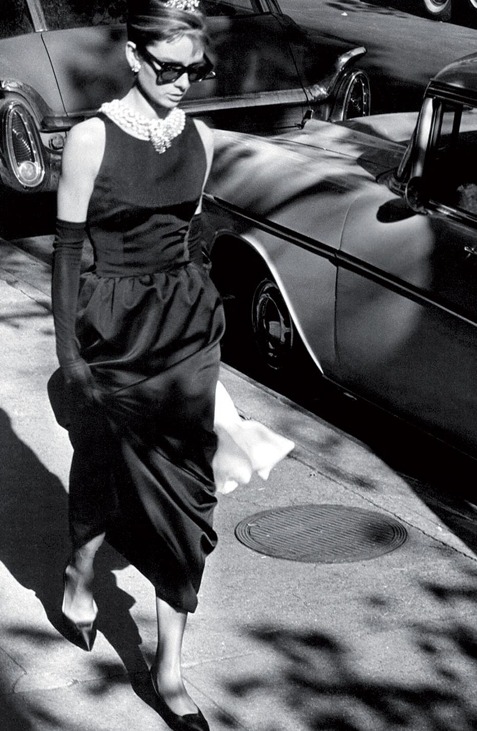 Thiết kế của Givenchy cho Audrey Hepburn mặc trong Breakfast at Tiffany's đã trở thành chiếc đầm đen nổi tiếng nhất mọi thời đại