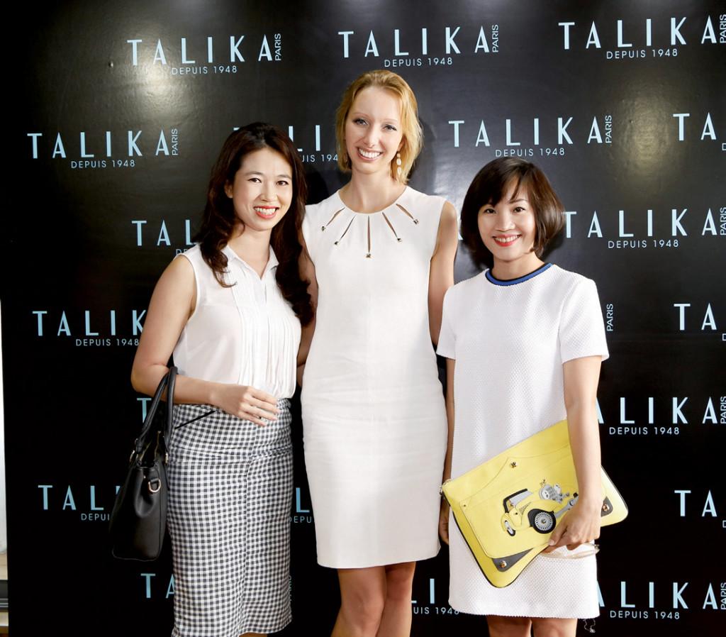 Đại diện Harper's Bazaar Việt Nam chụp hình lưu niệm cùng cô Sina – Giám đốc xuất khẩu khu vực của Talika