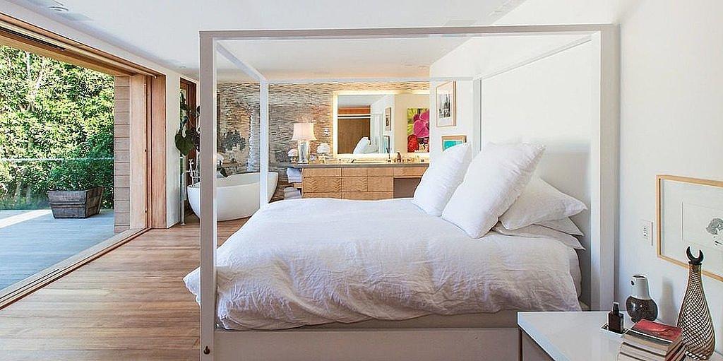 Pamela-Anderson-bedroom