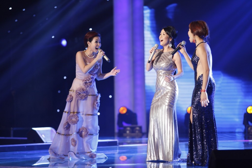 Tran Thu Ha, Hong Nhung va Uyen Linh the hien ca khuc Bay vao ngay xanh (7)