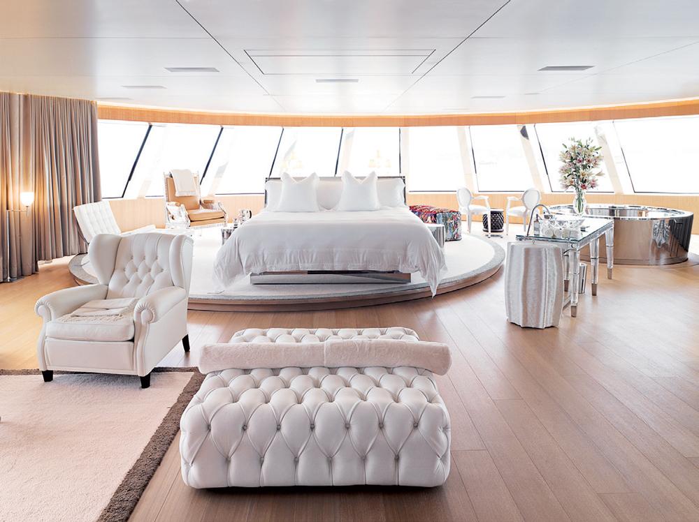 Phòng ngủ chính của hai vợ chồng tỷ phú Melnichenko lấy sắc trắng tinh khiết làm màu sắc chủ đạo