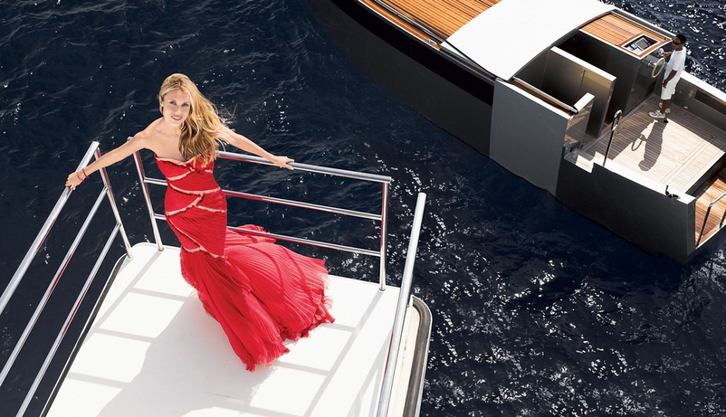 Trên ban-công của du thuyền, trông Aleksandra quyến rũ như một nàng tiên cá thật sự. Đầm dài, Roberto Cavalli