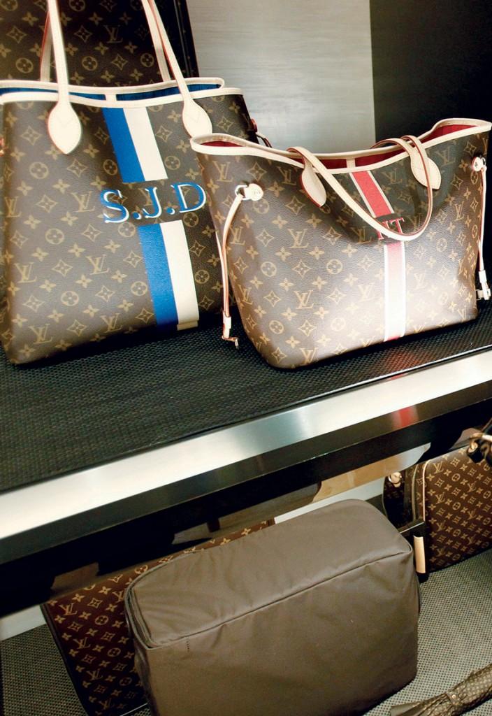 Chiếc túi nhái (cầm trên tay) được bày bán cùng các sản phẩm thật tại một cửa hàng Louis Vuitton ở Maryland, Mỹ