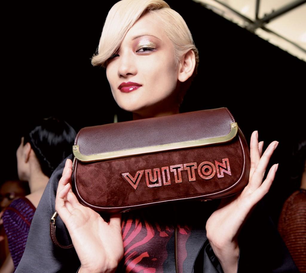 Người mẫu đang giới thiệu một mẫu túi thật của Louis Vuitton