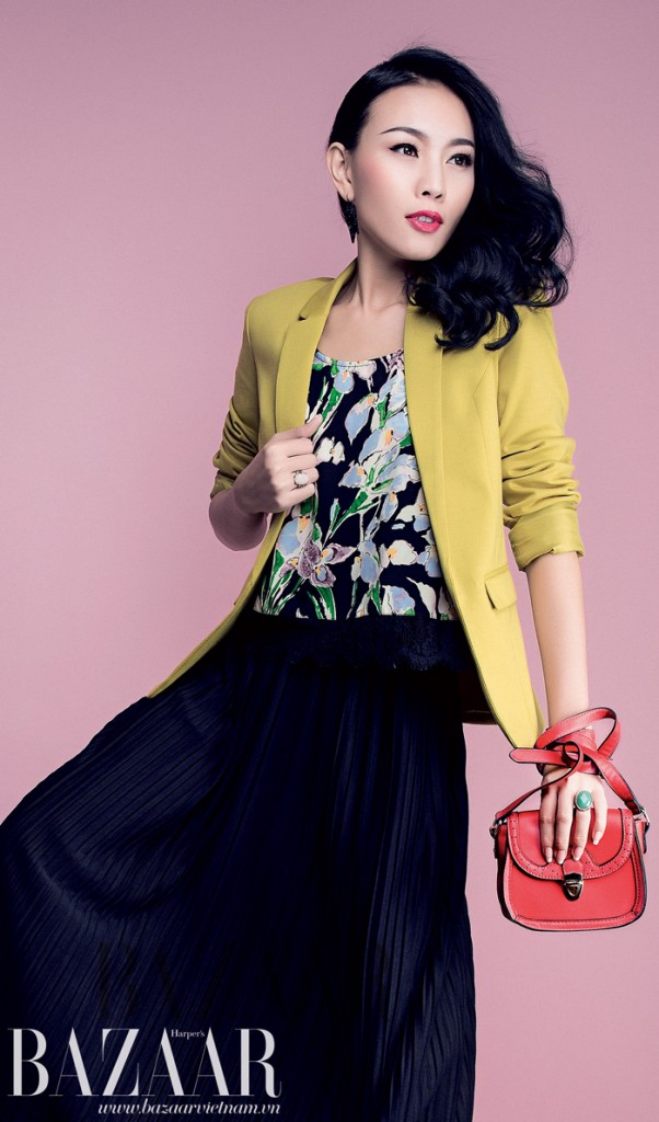 Áo blazer vàng, Oasis. Áo hai dây họa tiết hoa mặc bên trong và váy dài màu đen, Topshop. Nhẫn và túi, Accessorize.