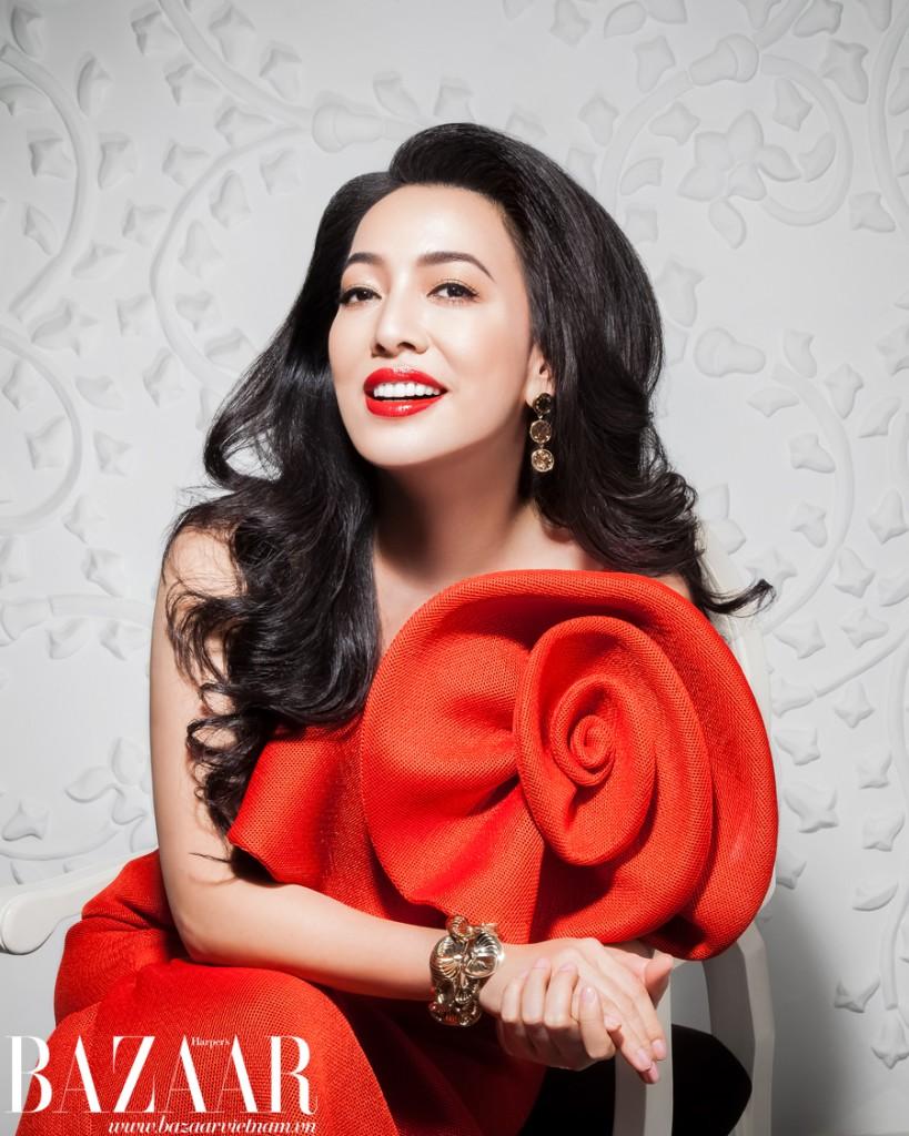 Đầm, Hoàng Minh Hà. Hoa tai, Louis Vuitton. Vòng tay: Dior