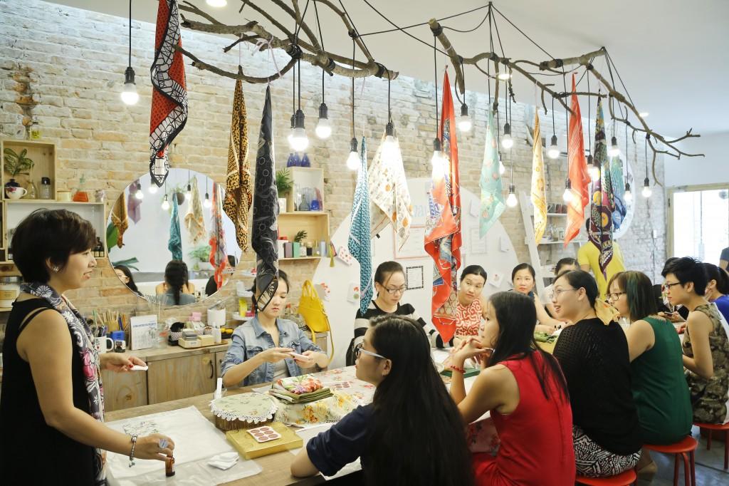 Chị Hải Yến (đứng ngoài cùng bên trái) đang hướng dẫn những bạn tham gia workshop