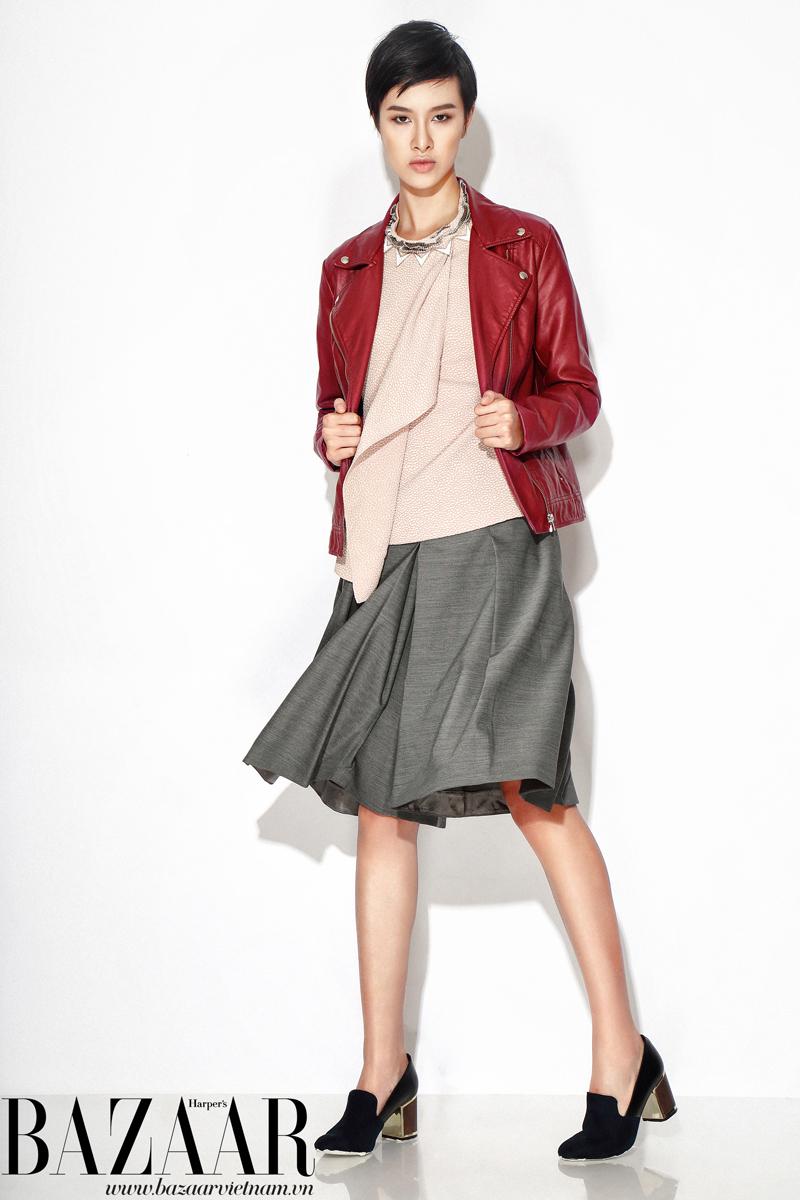 Váy xếp pli, Mango; Áo cổ lọ, Coast; Áo kiểu màu hồng mặc bên trong, váy xếp pli màu xám, Karen Millen; Giày gót thô, Charles & Keith; Jacket da của stylist
