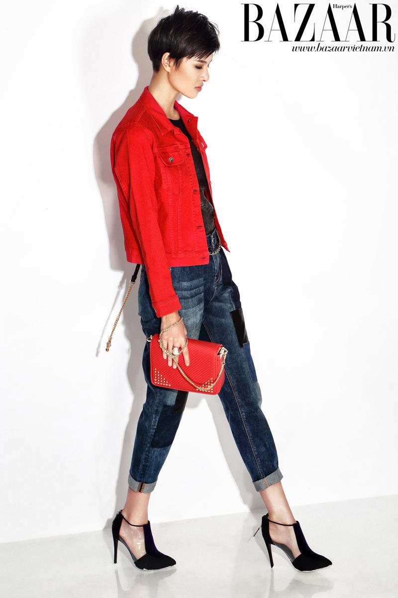 Áo kiểu màu đen mặc bên trong và quần jeans patchwork, Karen Millen. Áo khoác đỏ, Lacoste. Túi xách dập đinh tán và giày plastic, Charles & Keith