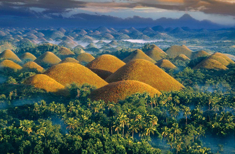 Cảnh sắc của hàng nghìn ngọn đồi xanh mướt đồng loạt chuyển sang màu vàng nhạt vào mùa khô khiến bao du khách phải mê mẩn