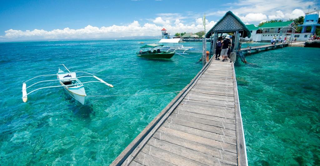 Vùng biển xanh luôn dập dềnh những chiếc thuyền bangka trắng
