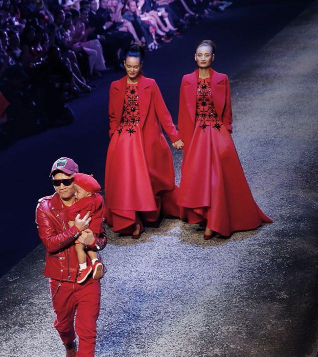 Đỗ Mạnh Cường bế cậu con trai ra chào kết show trong show diễn bộ sưu tập The Twins - Thu Đông 2014