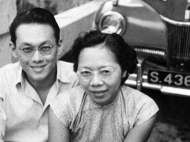 Một trong hai tấm hình mà ông Lý Quang Diệu nhờ người em họ chụp vào tháng 9-1946 để ông mang theo đặt trong phòng khi đi học ở Anh