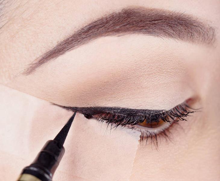 Cách vẽ eyeliner bằng bút nước kiểu tự nhiên