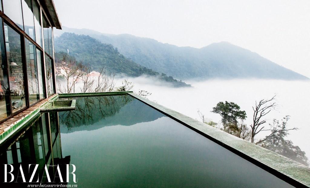Bể bơi thiết kế đơn giản ngoài hiên nhà, sát bên sườn núi. Bạn sẽ có cảm giác như đang bơi giữa một biển mây