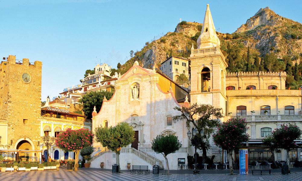 Nhà thờ St. Joseph trên quảng trường Piazza IX Aprile ở thành phố cổ Taormina