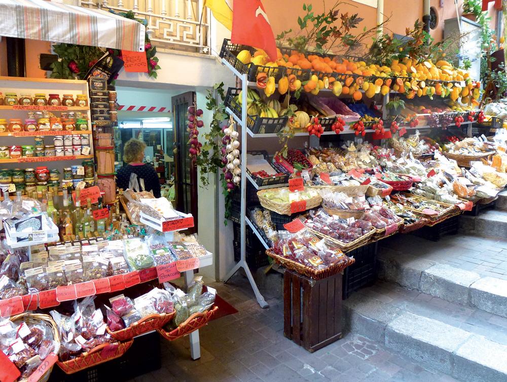Ở Sicily có nhiều đặc sản mà bạn có thể mua về làm quà như dầu ô-liu, sốt pesto, hoa quả, gia vị nấu ăn...