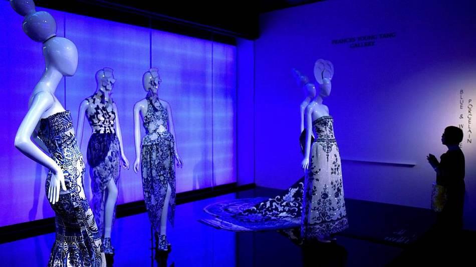 Khu vực trưng bày những thiết kế in họa tiết  lấy cảm hứng từ các tác phẩm bình sứ trắng xanh đặc trưng của Trung Quốc.