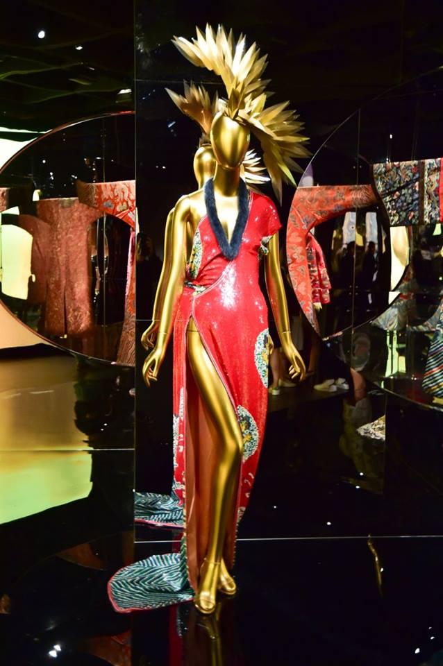 Khu vực trưng bày những thiết kế trong bộ sưu tập Thu Đông 1977 của Yves Saint Laurent lấy cảm hứng từ những chiếc áo khoác lông của Mông Cổ.