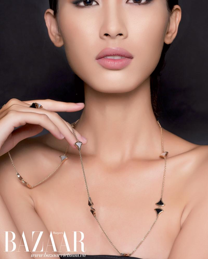 Nhẫn và dây chuyền vàng đính đá mã não đen và ngọc trai thuộc bộ sưu tập Diva 2015, Bulgari