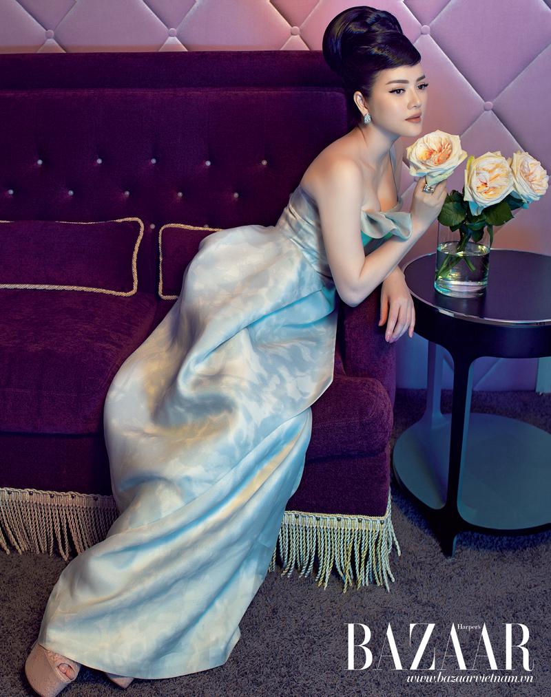 Đầm dài vải organza, PHUONG MY. Nhẫn và hoa tai, LYNK Boutique