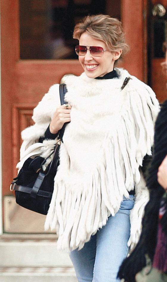 Ca sỹ Kylie Minogue cùng áo choàng poncho