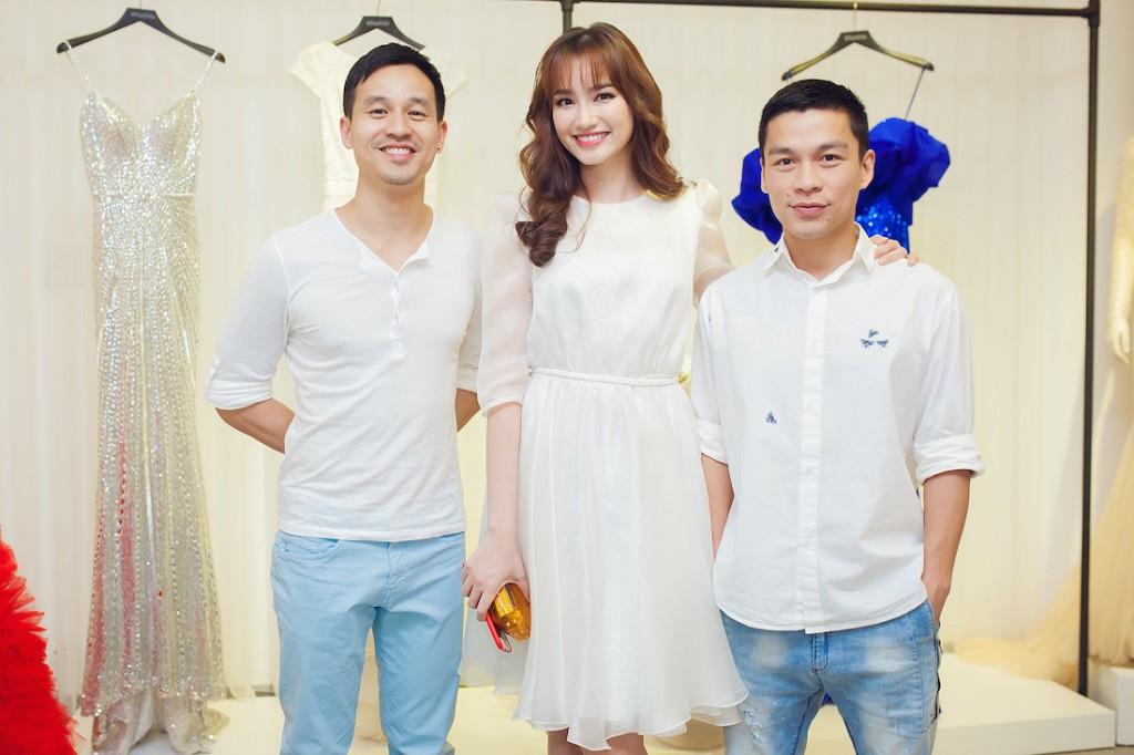 Trúc Diễm bên cạnh nhà thiết kế Adrian Anh Tuấn (bên phải) và anh Sơn Đoàn