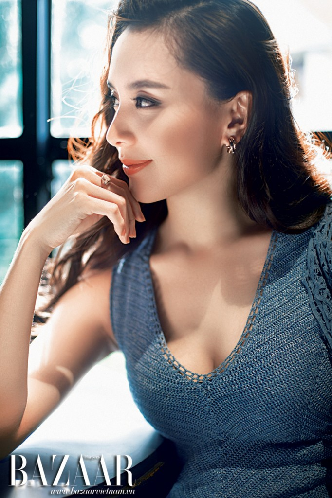 Đầm dệt kim, áo khoác cắt lazer Ralph Lauren. Hoa tai và nhẫn, Cartier.