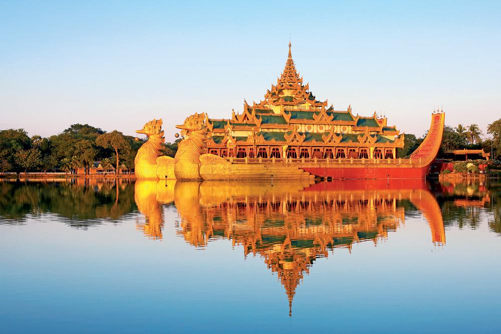 Karaweik trên hồ Kandawgyi là nhà hàng sang trọng bậc nhất Yangon, thường trình diễn các điệu múa truyền thống của Myanmar