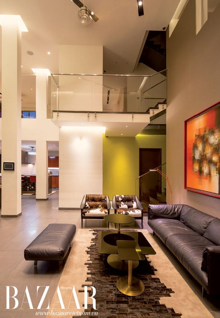 Phòng khách ấn tượng với bộ sofa của Moroso Gentry, thảm Laroche