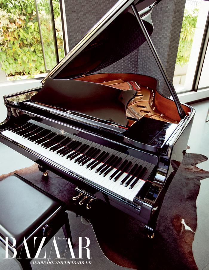 Cây đàn thuộc thương hiệu dương cầm tốt nhất thế giới, Steinway & Sons được đặt trang trọng trong phòng khách