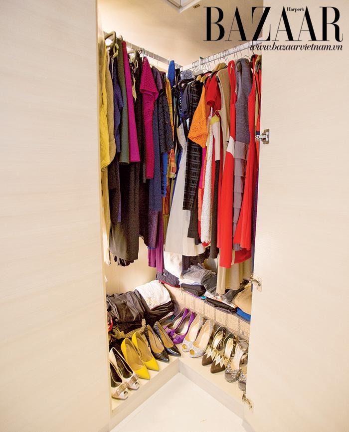 Phòng thay đồ của chủ nhân được thiết kế với màu gỗ tự nhiên trang nhã, nhiều ánh sáng