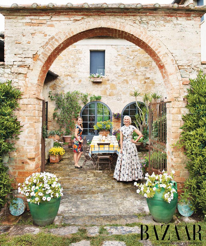 Cánh cổng tò vò quyến rũ dẫn đến một khoảng sân ngoài trời. Guggenheim mặc váy và áo của Rochas, còn Isabel mặc đầm của J. Mendel