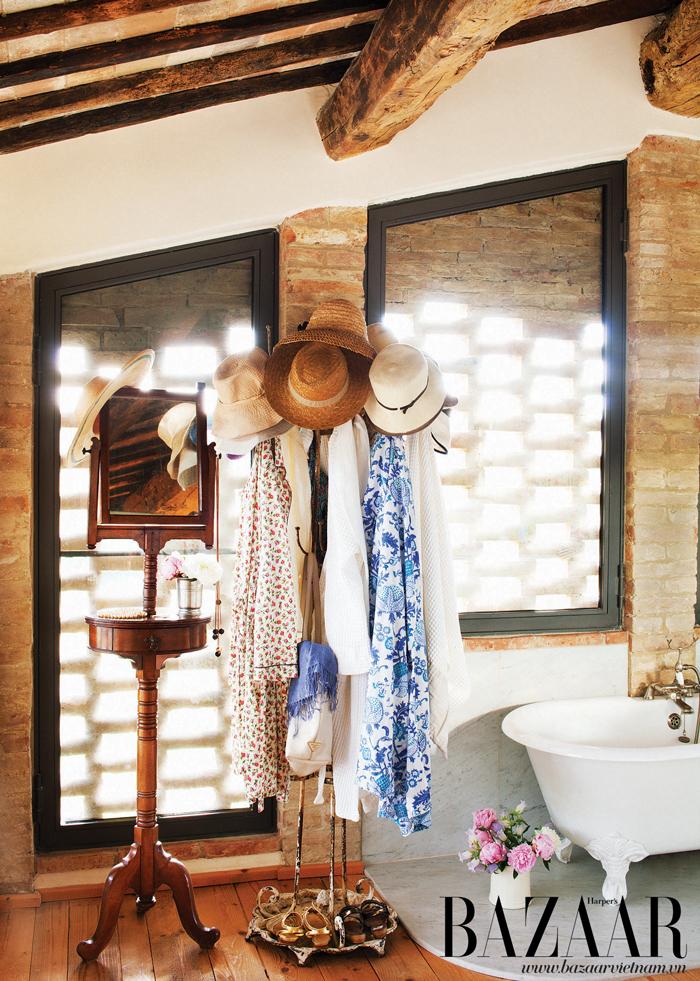 Bức tường gạch trong phòng tắm chính