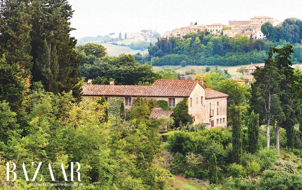 Xung quanh là cảnh quan xinh đẹp của miền quê nước ý. bao phủ lên tất cả là màu xanh tươi tốt. Điền trang này được xây dựng từ thế kỷ XII, nằm trên sườn đồi