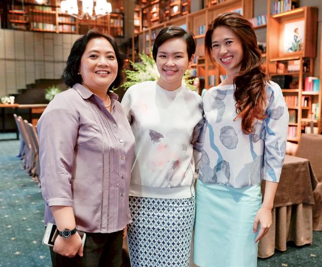 (Từ trái sang): Bà Đỗ Thu Hương - giám đốc phát triển kinh doanh công ty Tam Sơn là đại diện của nhãn hàng Chopard tại Việt Nam chụp ảnh cùng chị Shieh Li - chuyên viên truyền thông của Chopard khu vực châu Á - và chị Phạm Ngọc Lưu Uyên - trưởng ban biên tập Harper's Bazaar Việt Nam.