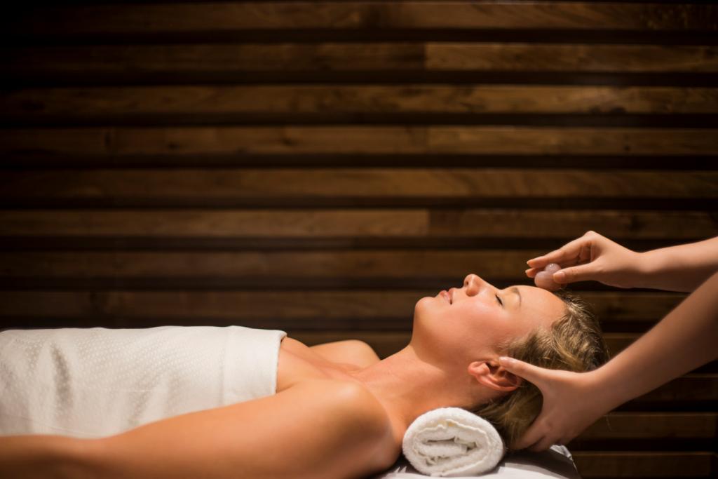 Thư giãn cùng phương pháp trị liệu đá muối hồng từ dãy Himalaya.