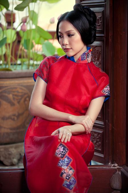 """Diễn viên múa Linh Nga trong một thiết kế áo dài thuộc bộ sưu tập """"Xưa và Nay"""" của nhà thiết kế Trịnh Hoàng Diệu"""