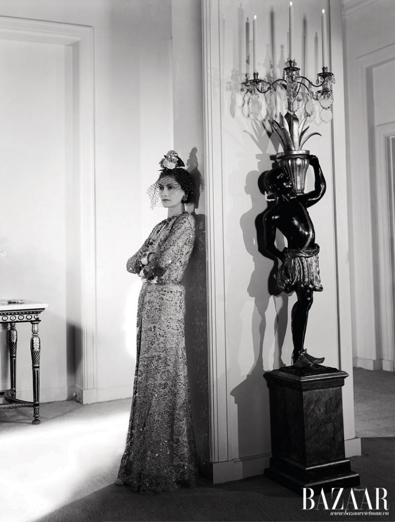 Coco Chanel sống những năm cuối đời đầy đơn độc trong căn hộ ở Paris. Khát vọng hạnh phúc lứa đôi của bà được thể hiện rõ qua những con vật trang trí trong nhà