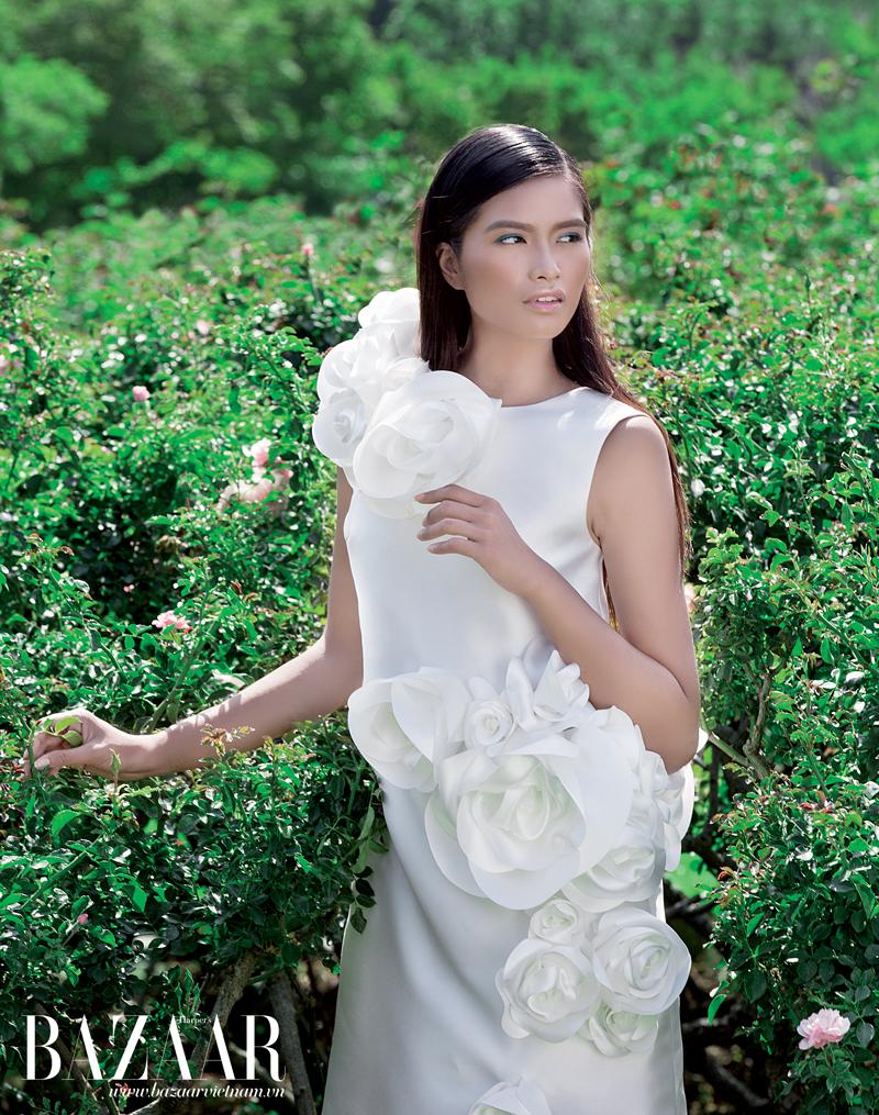 Đầm trắng kết nổi hoa hồng