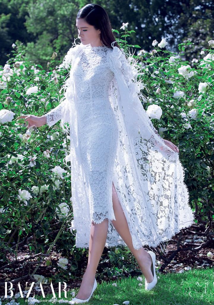Đầm ren kết hợp cùng áo choàng