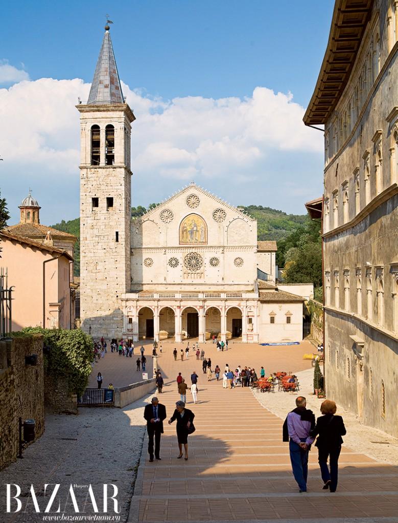 Cổng phía Tây của nhà thờ Spoleto nổi tiếng. Khi nắng rực lên và rọi vào những ô kính tròn trên cao, cả giáo đường sẽ ngập trong màu nắng vàng