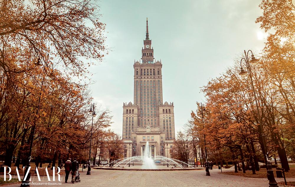 Cung Văn hóa và Khoa học, một kiến trúc mới Warszawa được sử dụng như một bảo tàng, nhà hát, rạp chiếu phim đồng thời là văn phòng làm việc