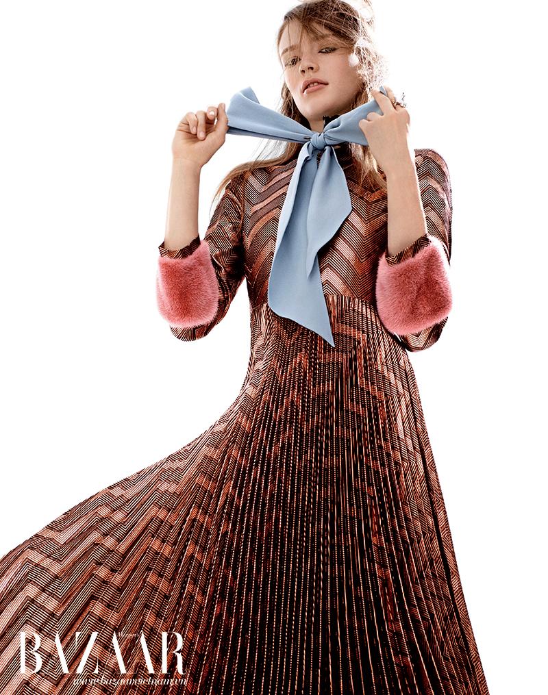 Đầm thắt nơ, Gucci. Nhẫn, Eddie Borgo.