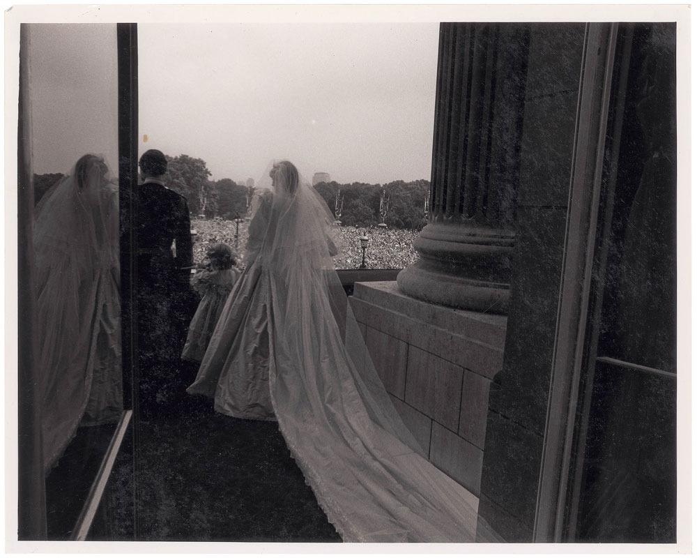 Ảnh chụp phía sau lưng Thái tử Charles và Công nương Diana khi họ đứng trên ban công vẫy chào đám đông.
