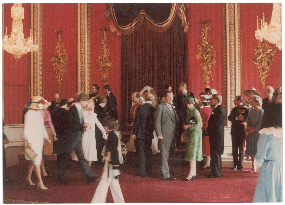 Các thành viên hoàng tộc đang chuẩn bị đang tập trung chuẩn bị chụp bức ảnh gia đình.